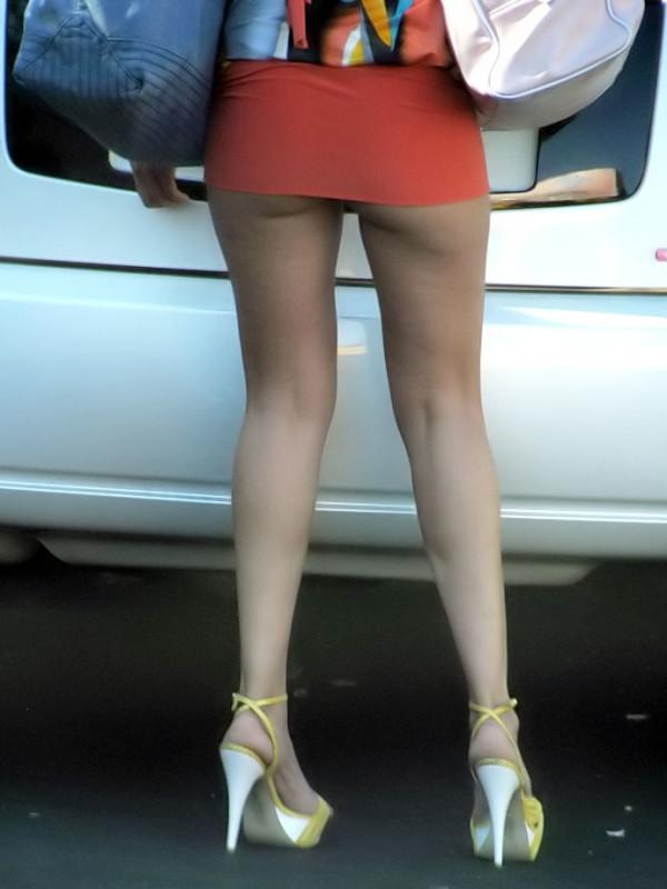 バックアングルからタイトスカートOL盗撮エロ画像2枚目