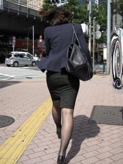 バックアングルからタイトスカートOL盗撮エロ画像6枚目
