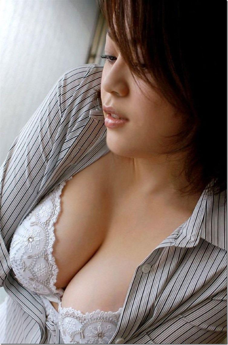 ブラウスの胸の谷間で誘惑する淫乱巨乳OLエロ画像6枚目