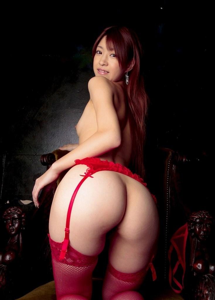 真っ赤な巨乳OLのセクシーランジェリーエロ画像3枚目