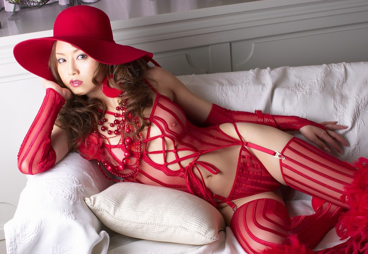 真っ赤な巨乳OLのセクシーランジェリーエロ画像7枚目