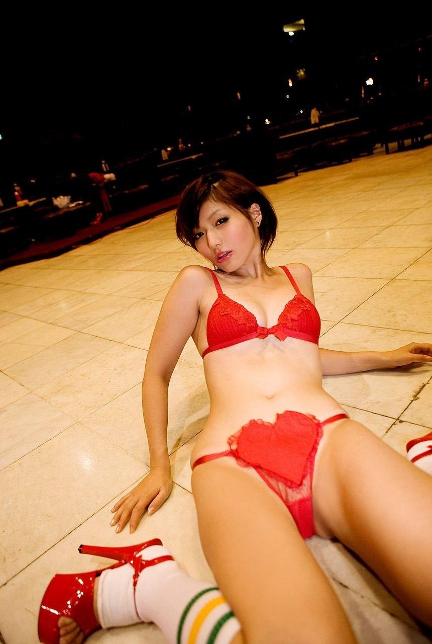真っ赤な巨乳OLのセクシーランジェリーエロ画像13枚目