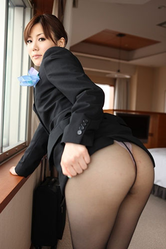 性欲が抑えきれない淫乱CAのセックスエロ画像2枚目