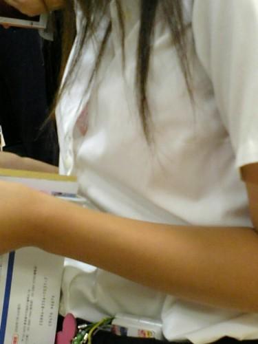 書類を確認する巨乳OLのブラウスブラジャー画像11枚目