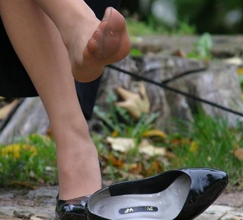 靴擦れをしたOLのハイヒールとパンストエロ画像9枚目
