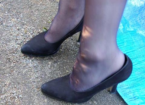 靴擦れをしたOLのハイヒールとパンストエロ画像10枚目