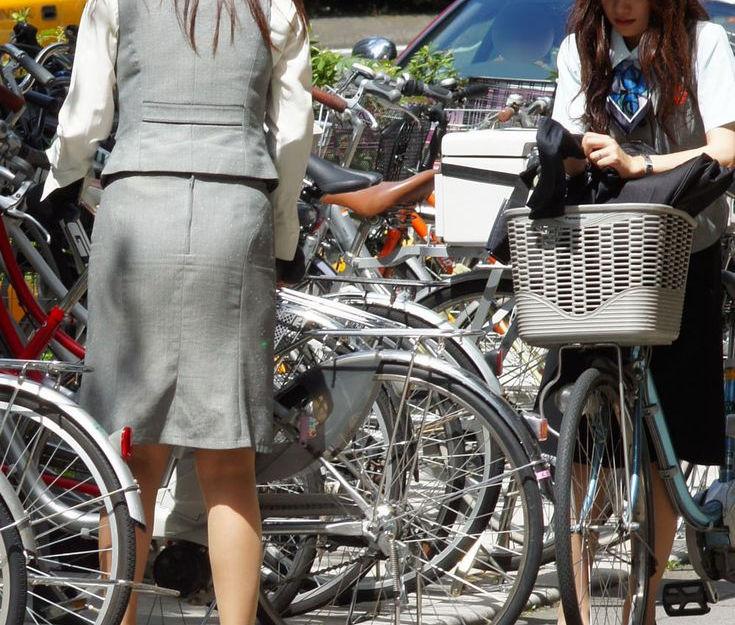 スタイルがたまらない自転車OLの盗撮エロ画像8枚目
