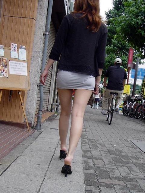 透けタイトスカートOLパンティ盗撮エロ画像8枚目