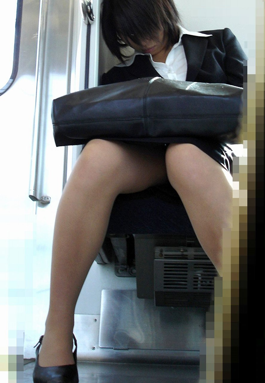 面接疲れをしている就活OLを電車内盗撮エロ画像1枚目