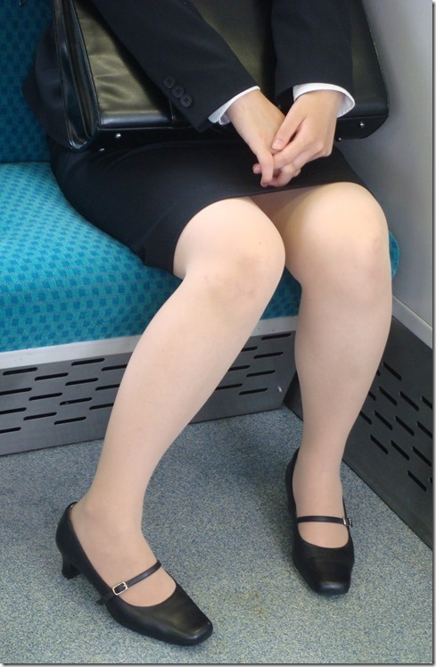 面接疲れをしている就活OLを電車内盗撮エロ画像5枚目