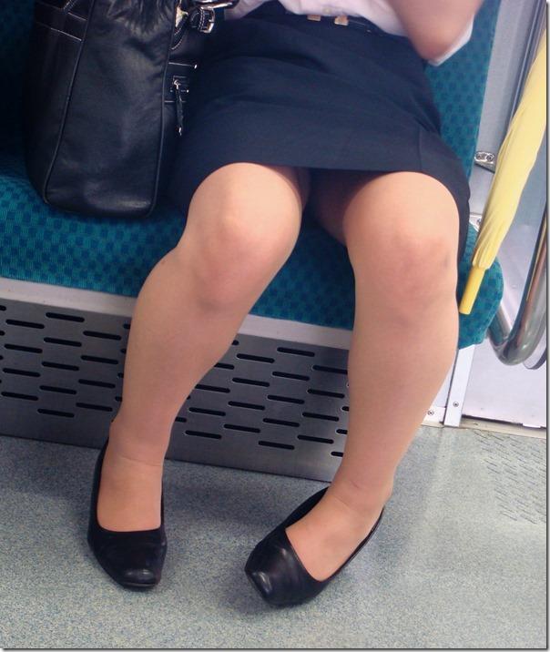 面接疲れをしている就活OLを電車内盗撮エロ画像6枚目