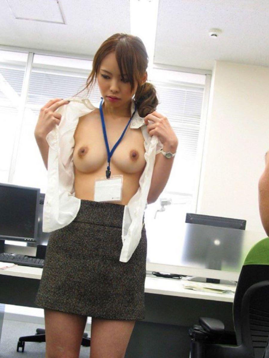 経理のメガネOLを着衣バックで会社内SEX画像6枚目