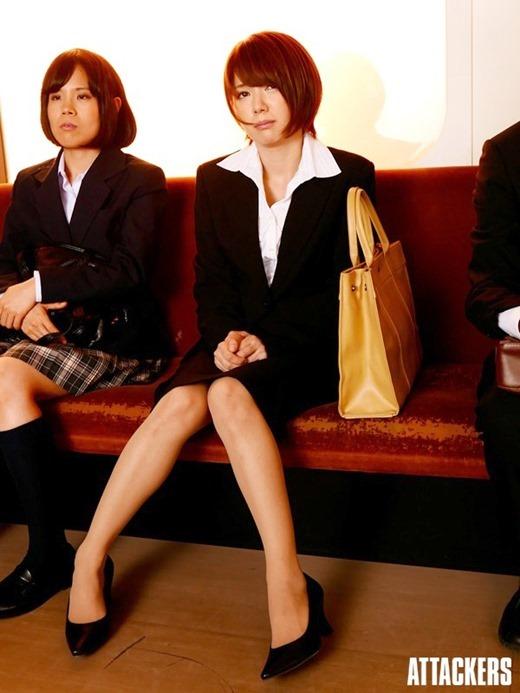 淫乱女教師のツンと上を向いた巨乳乳首が魅力的な露出エロ画像8枚目