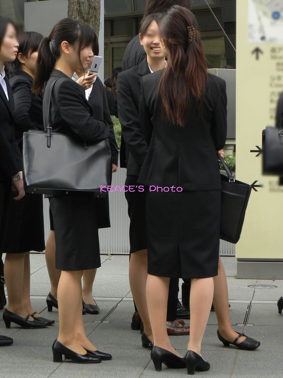 就活OLが上京で履歴書をチェックする盗撮エロ画像4枚目