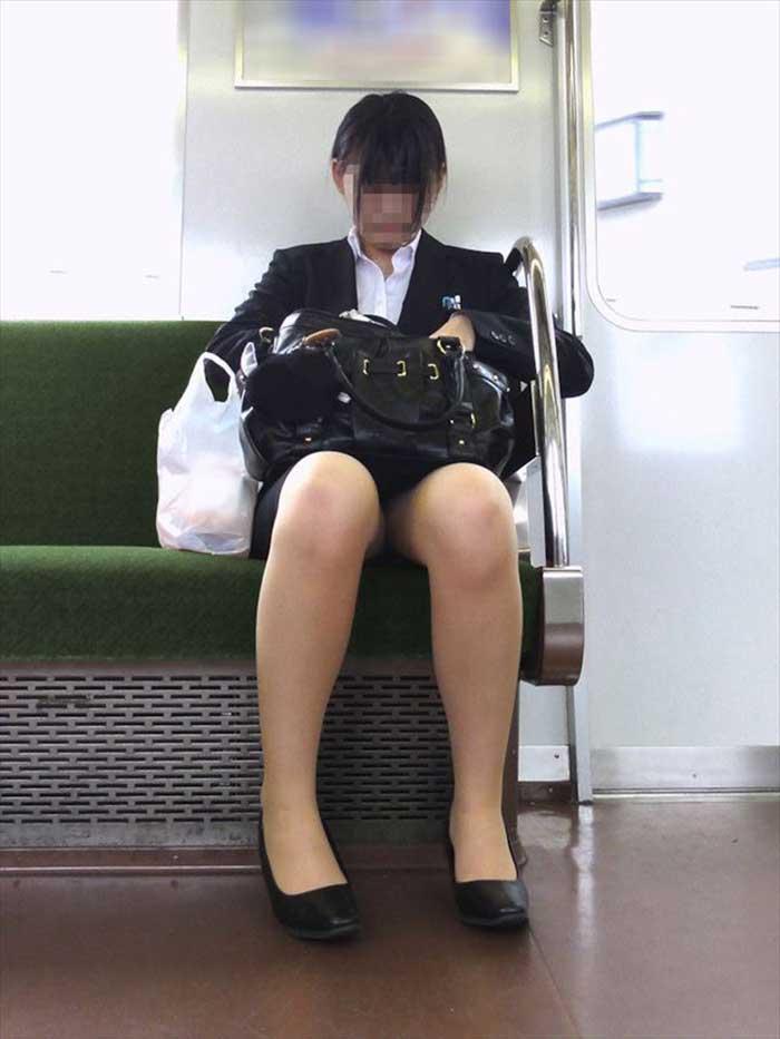 就活OLが上京で履歴書をチェックする盗撮エロ画像8枚目
