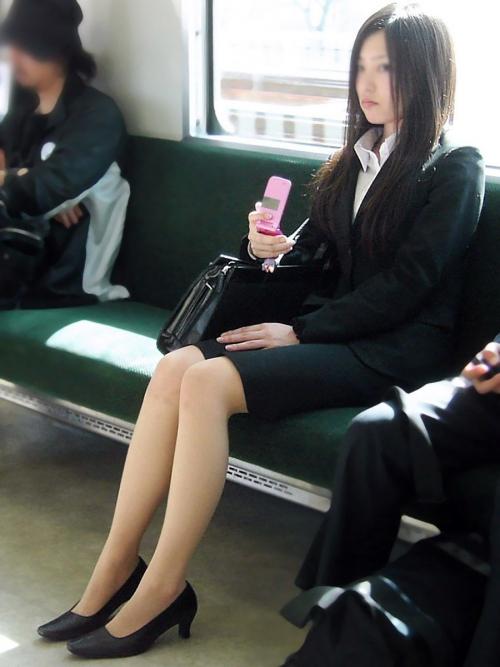 就活OLが上京で履歴書をチェックする盗撮エロ画像9枚目