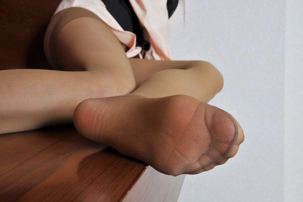 薄手の黒パンストの足裏を見せるOLのエロ画像12枚目