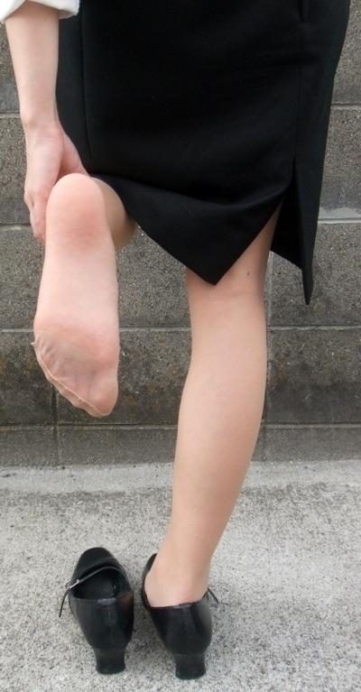 薄手の黒パンストの足裏を見せるOLのエロ画像14枚目