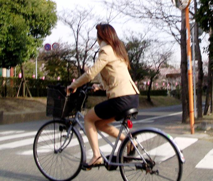 自転車を停めるタイトスカートOLのエロ画像2枚目