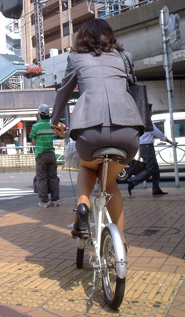 自転車を停めるタイトスカートOLのエロ画像4枚目