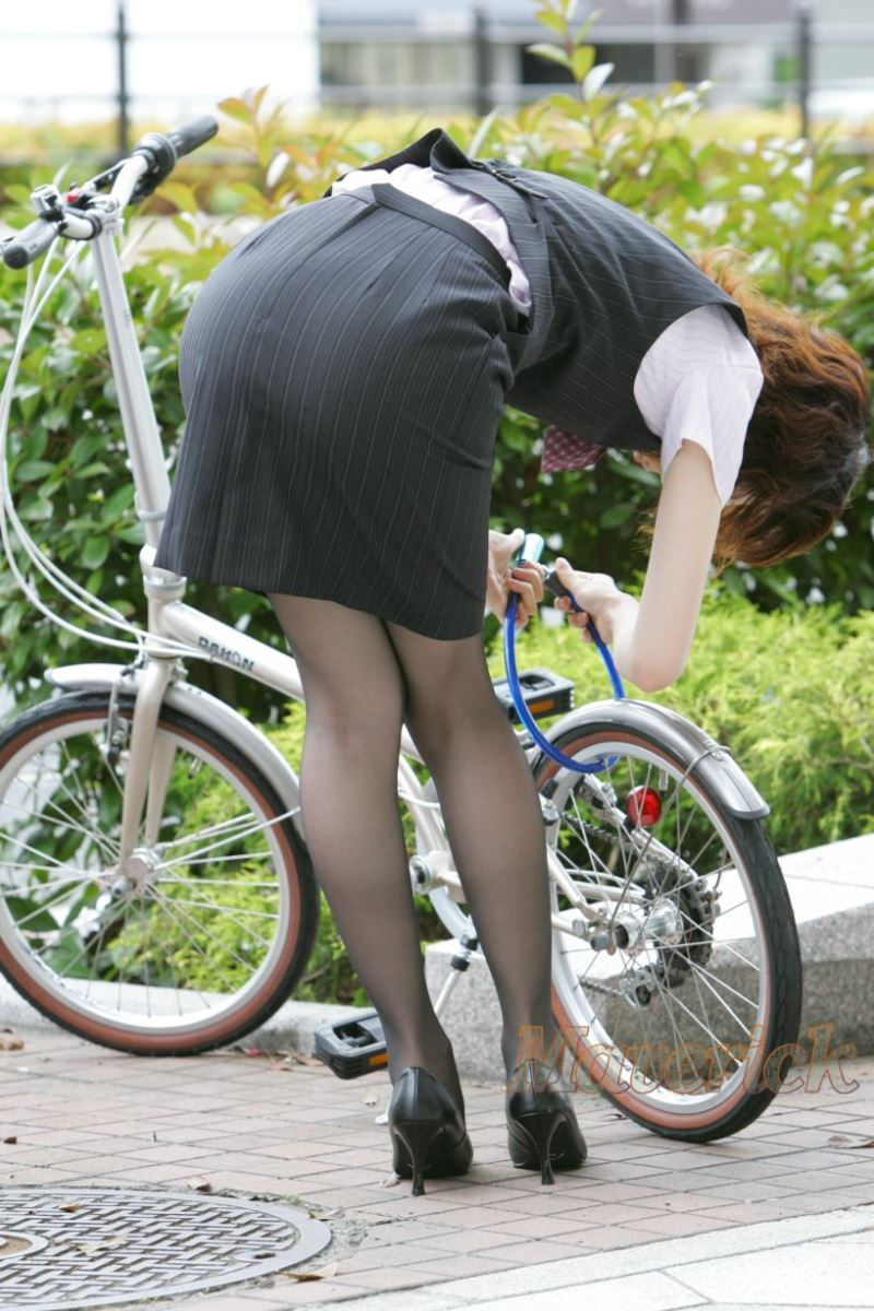 自転車を停めるタイトスカートOLのエロ画像5枚目