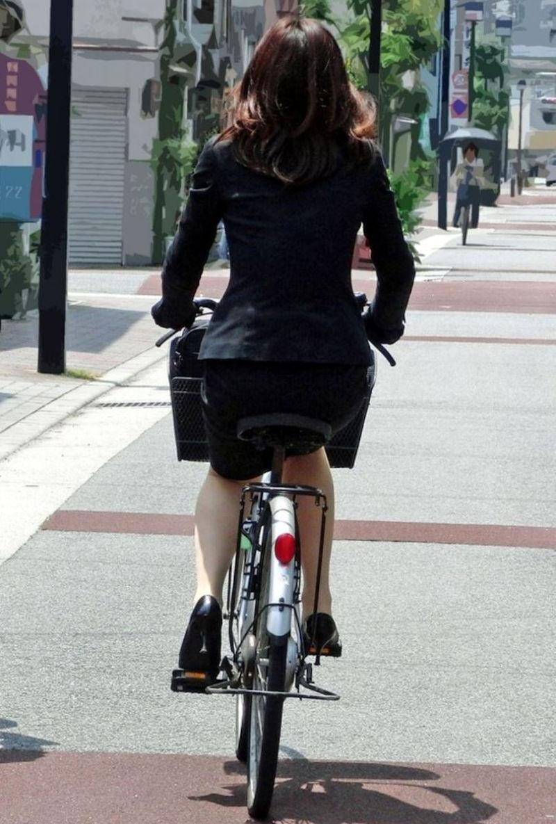 自転車を停めるタイトスカートOLのエロ画像6枚目