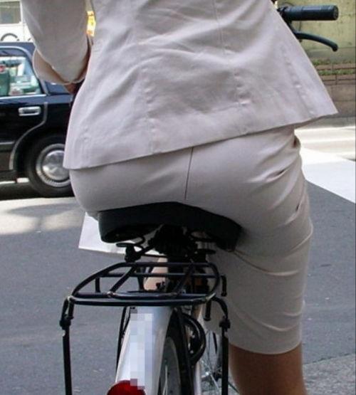自転車を停めるタイトスカートOLのエロ画像11枚目
