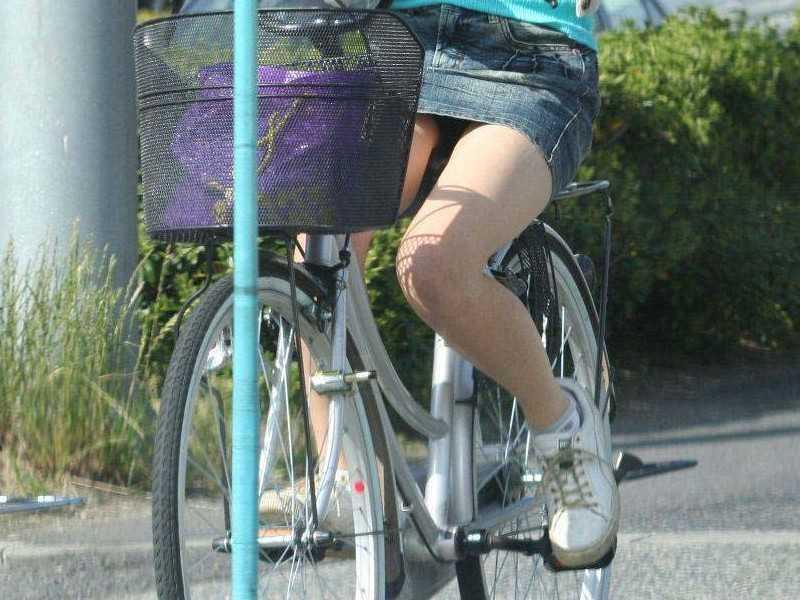 自転車を停めるタイトスカートOLのエロ画像16枚目