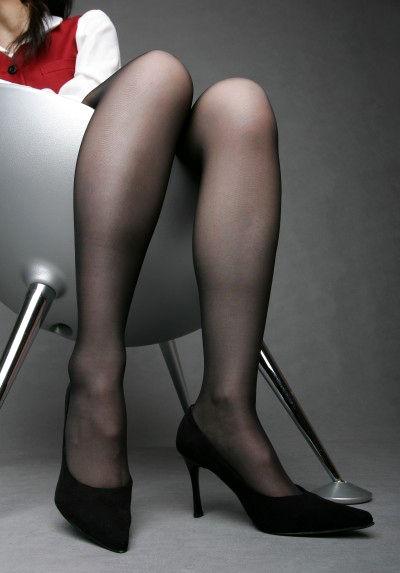 熟れた足元を予感させるパンストハイヒールOL画像1枚目