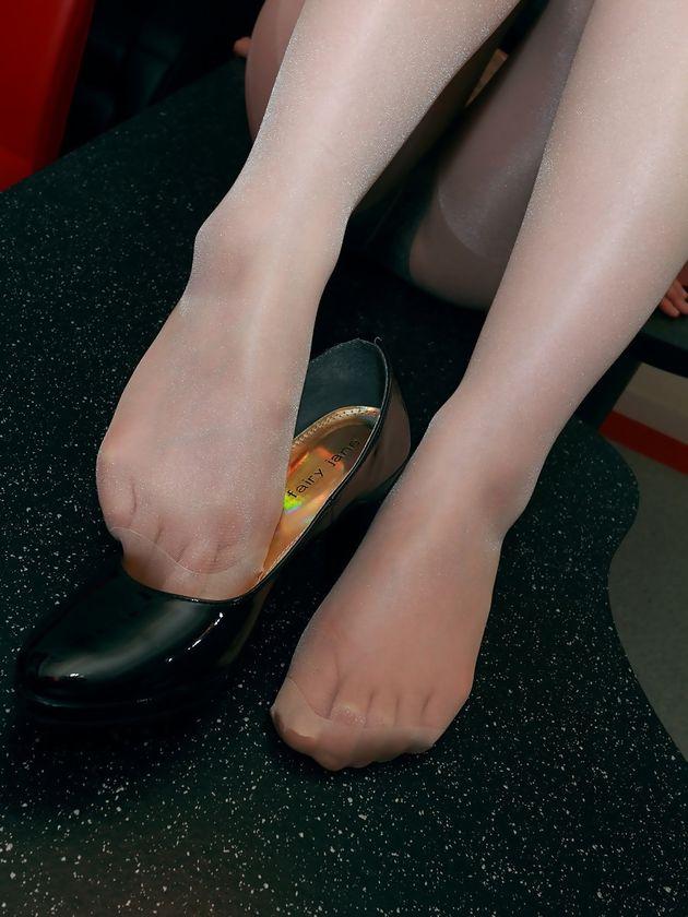 美人OLの足コキパンストされそうなつま先画像8枚目