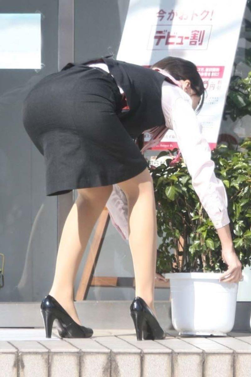 雑草を摘むタイトスカートOLの巨尻盗撮エロ画像3枚目