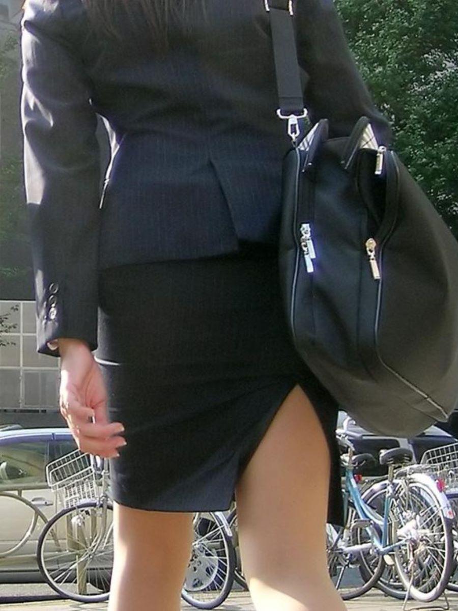雑草を摘むタイトスカートOLの巨尻盗撮エロ画像12枚目
