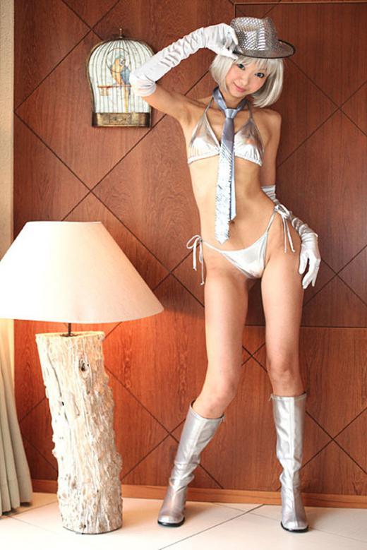 メタリック素材のロングブーツがエロいOL画像1枚目