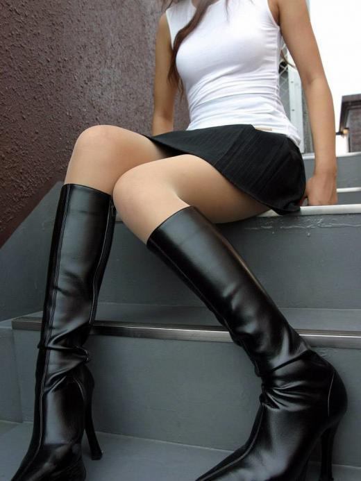 黒光りするなめし革のOLロングブーツのエロ画像1枚目