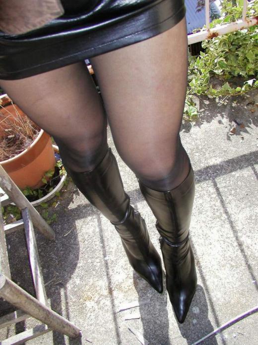黒光りするなめし革のOLロングブーツのエロ画像7枚目