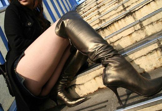 黒光りするなめし革のOLロングブーツのエロ画像16枚目