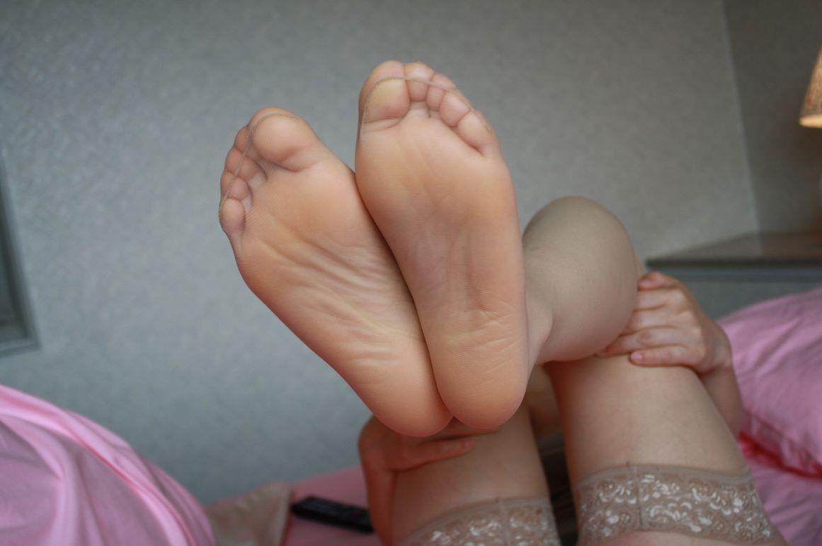 パンストつま先や足裏で足コキをするOLエロ画像3枚目