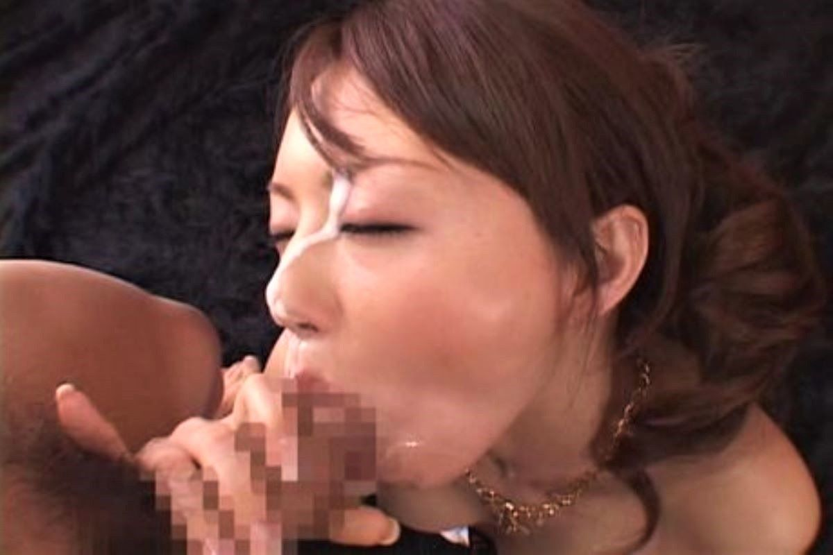 舌を丁寧に使いフェラ手コキをするOLエロ画像3枚目