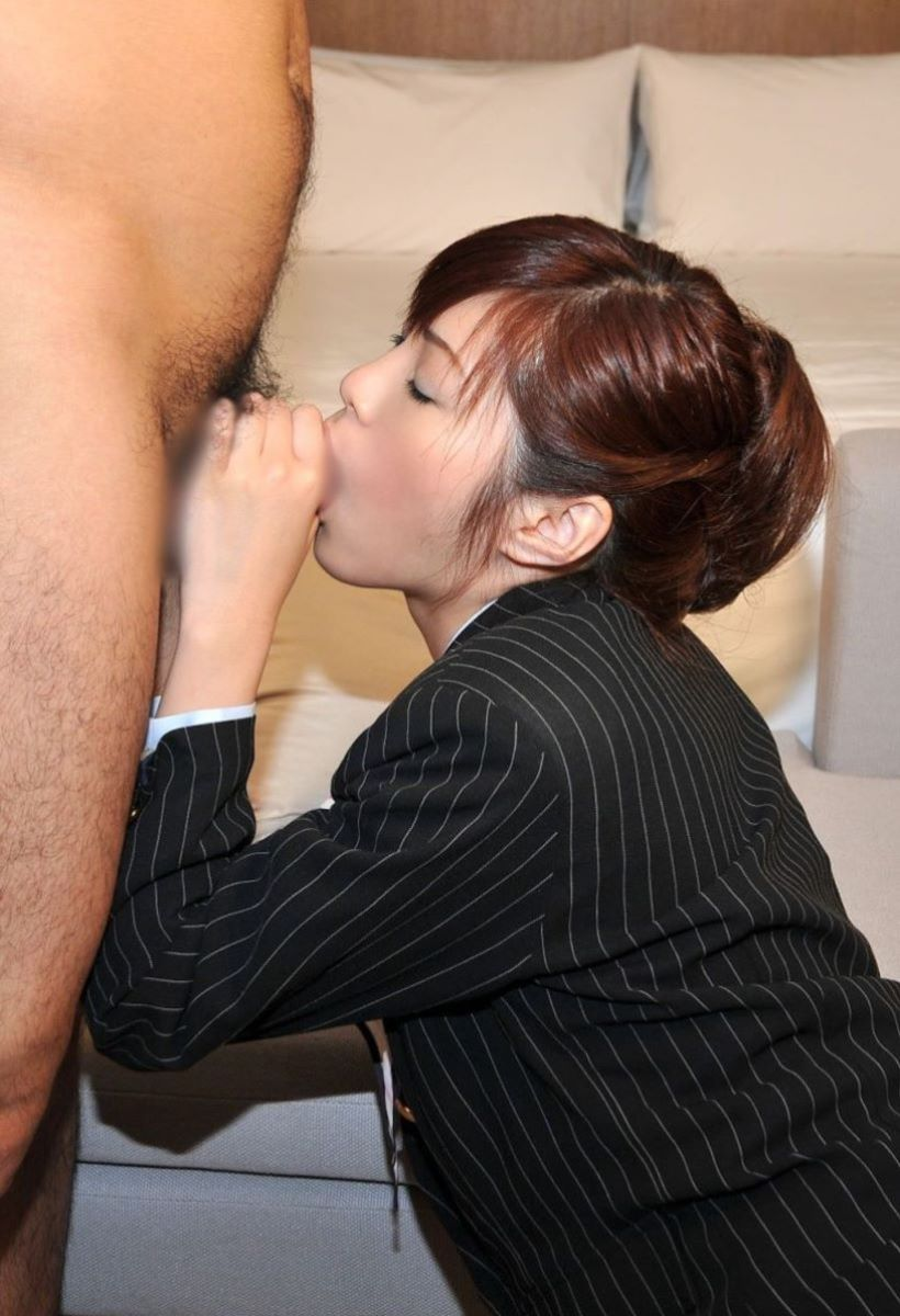 舌を丁寧に使いフェラ手コキをするOLエロ画像8枚目