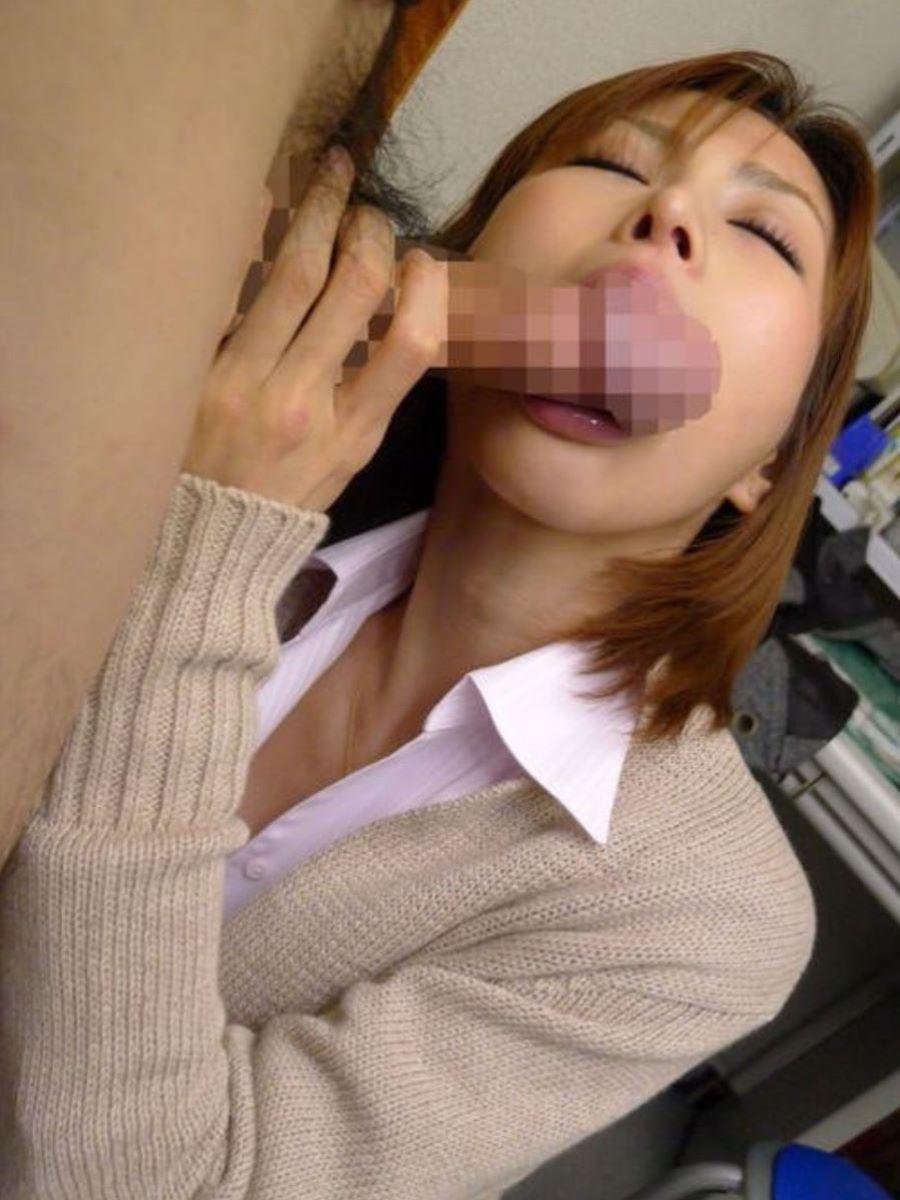 舌を丁寧に使いフェラ手コキをするOLエロ画像10枚目