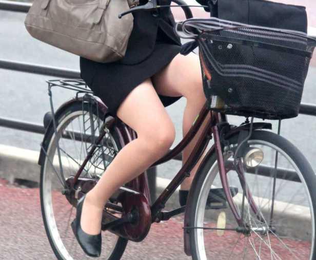 美脚OLの自転車通勤で少し日焼け肌の街撮りパンチラエロ画像2枚目