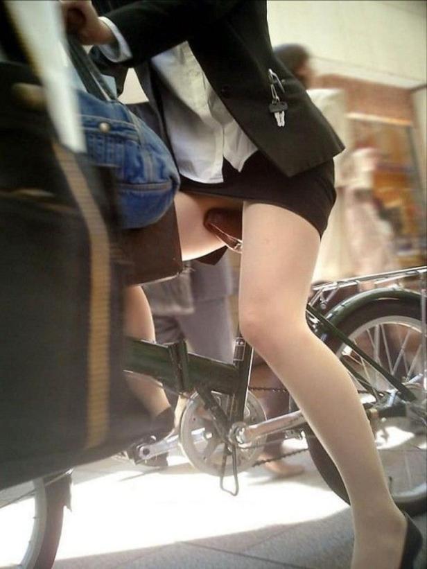美脚OLの自転車通勤で少し日焼け肌の街撮りパンチラエロ画像7枚目