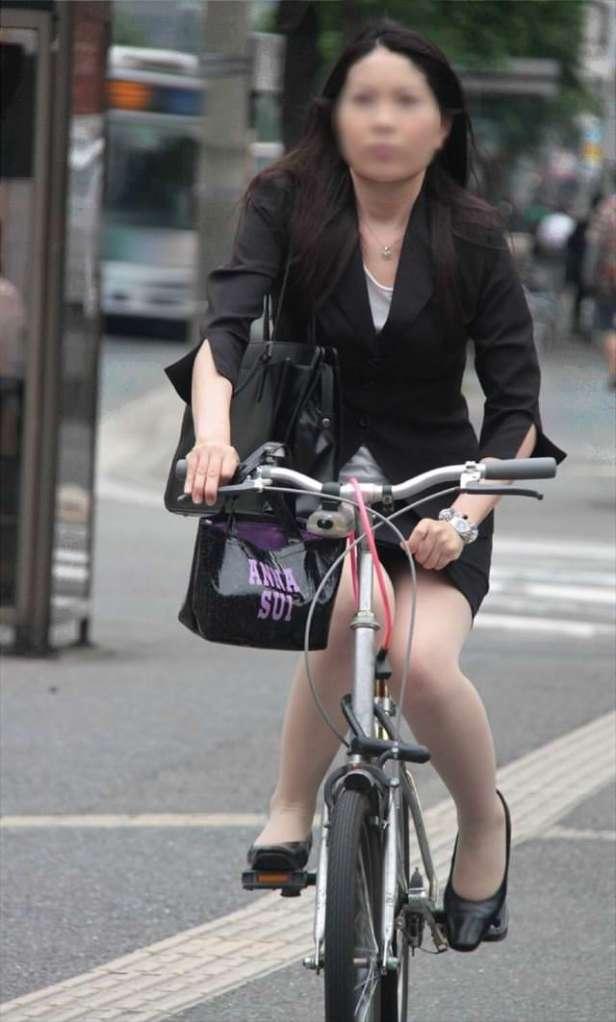 美脚OLの自転車通勤で少し日焼け肌の街撮りパンチラエロ画像12枚目