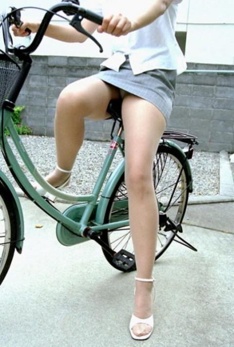 美脚OLの自転車通勤で少し日焼け肌の街撮りパンチラエロ画像16枚目