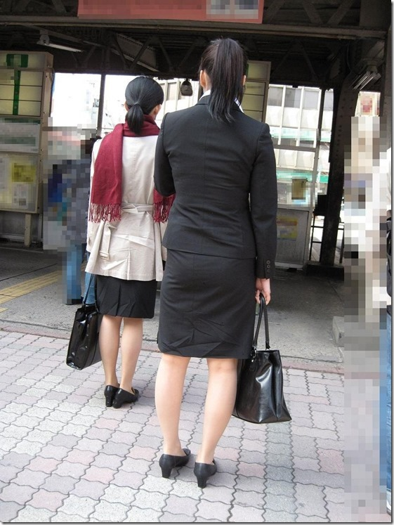 白いタイトスカート多めの巨尻OL盗撮エロ画像4枚目