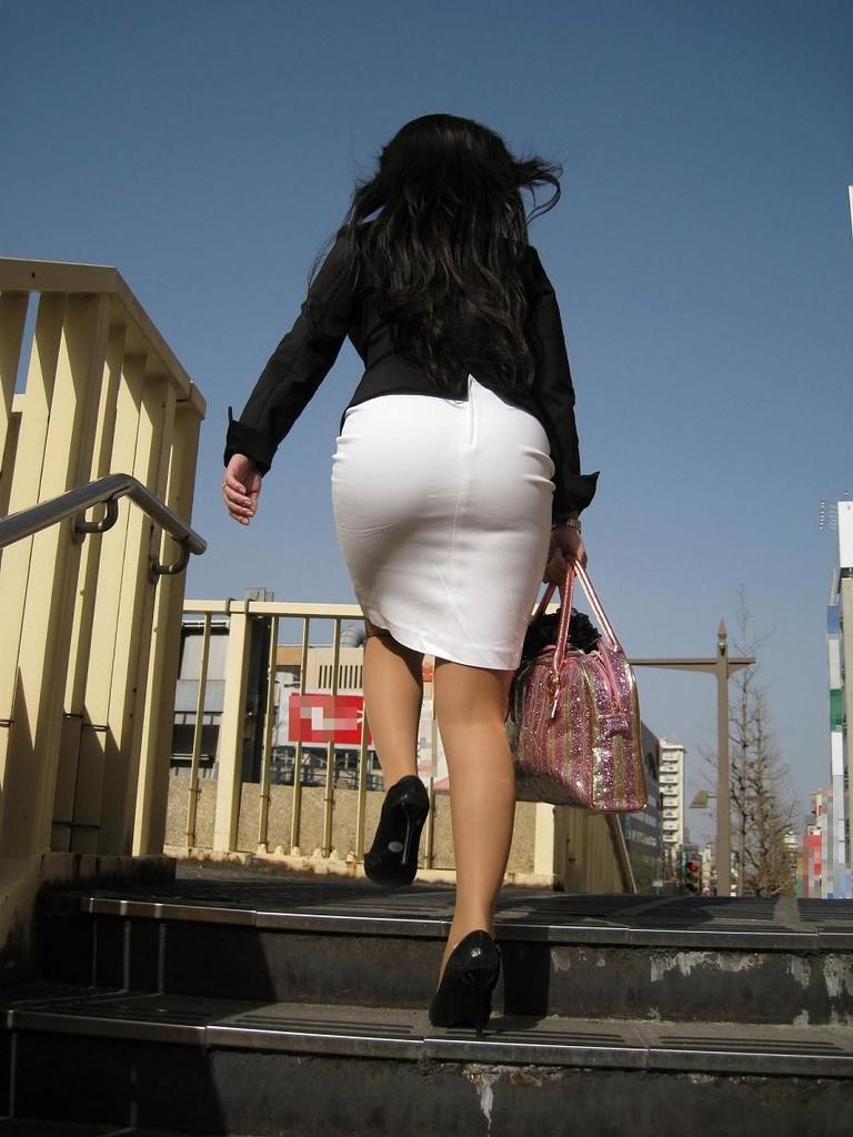 白いタイトスカート多めの巨尻OL盗撮エロ画像5枚目