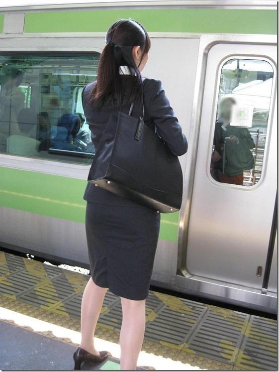 白いタイトスカート多めの巨尻OL盗撮エロ画像8枚目