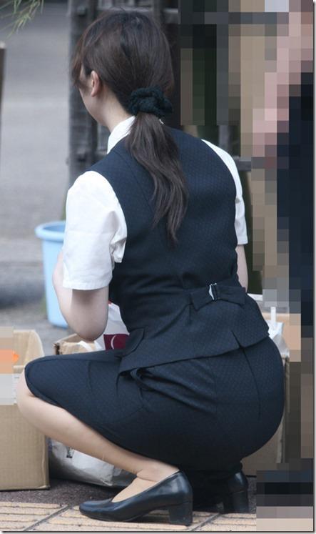白いタイトスカート多めの巨尻OL盗撮エロ画像12枚目