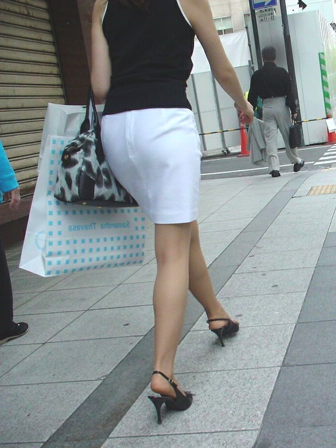 白いタイトスカート多めの巨尻OL盗撮エロ画像13枚目