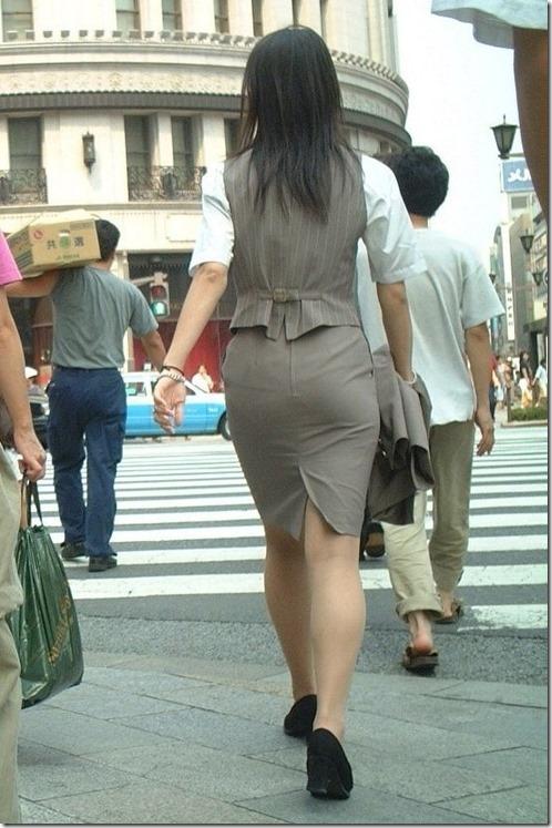 白いタイトスカート多めの巨尻OL盗撮エロ画像14枚目